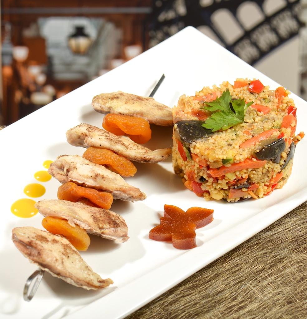 Brochette de filets de caille abricots moelleux et semoule aux légumes