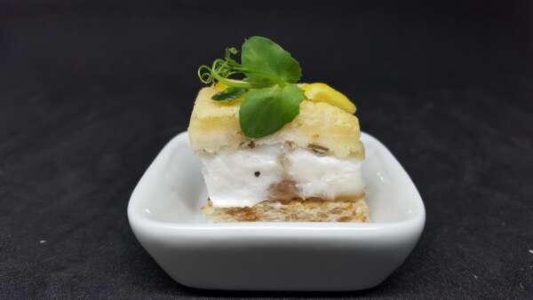 Mini cassolette en porcelaine blanche de filet de bar en crumble de parmesan