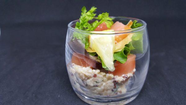 Verrine de coeur de filet de saumon fumé quinoa aux légumes et agrumes du traiteur Goodee SQY à Voisins le Bretonneux