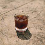 Mocktail café glacé, mûre gingembre, jus de cannberge et caramel vanillé