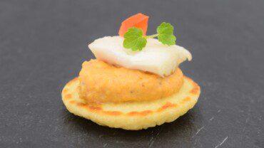 Mini blinis crème de butternut et filet de bar du traiteur Goodee SQY à Voisins le Bretonneux