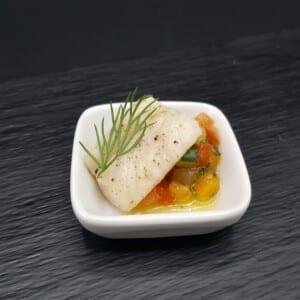 Mini cassolette en porcelaine de dorade au miel de poivres rares sur brunoise de légumes 20g du traiteur Goodee SQY à Voisins le Bretonneux