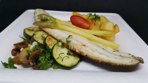 Plat de plateau repas filet de bar froid aux légumes