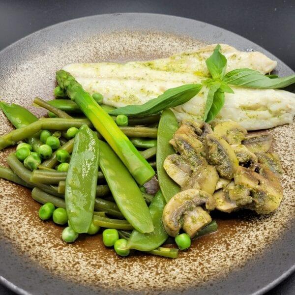 Filet de bar légumes verts, champignos de Paris au pesto basilic du traiteur Goodee SQY à Voisins le Bretonneux