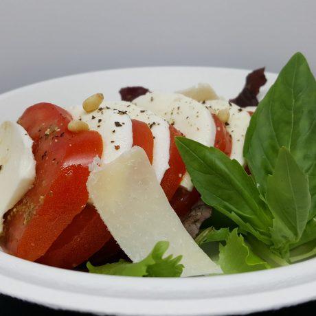 Salade de tomates mozzarella au pesto basilic